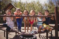 Portrait des écoliers heureux jouant dans le terrain de jeu Photos stock
