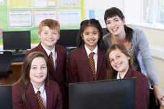 Portrait des élèves d'école primaire avec le professeur In Computer Cl Image stock