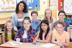 Portrait des élèves d'In Class With de professeur images stock
