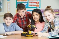 Portrait des élèves dans la leçon de la Science étudiant la robotique photo stock