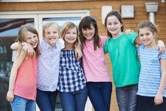 Portrait des élèves femelles dans le terrain de jeu d'école Images libres de droits