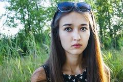 Portrait des émotions de la fille dans la forêt image libre de droits