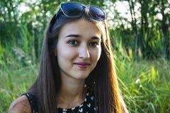Portrait des émotions de la fille dans la forêt photos libres de droits