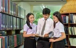 Portrait des étudiants étudiant dans la bibliothèque Photo libre de droits