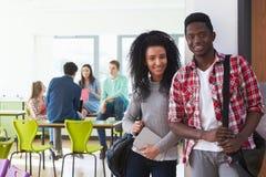 Portrait des étudiants universitaires masculins et féminins dans la salle de classe Photo libre de droits