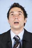 Portrait des überraschten Geschäftsmannes, der oben schaut Lizenzfreies Stockbild