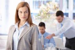 Portrait des überzeugten Geschäftsfraulächelns Lizenzfreie Stockfotos