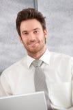Portrait des überzeugten Geschäftsmannlächelns Stockbild