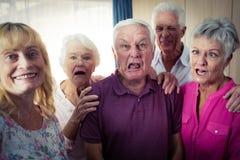 Portrait des aînés faisant les visages drôles Photographie stock libre de droits