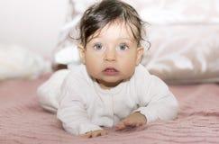 Portrait des Abschlusses des kleinen Mädchens oben lizenzfreie stockfotos