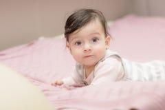 Portrait des Abschlusses des kleinen Mädchens oben Stockfoto