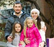 Portrait des adultes heureux avec des filles Images libres de droits