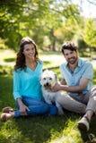 Portrait des ajouter au chien en parc Images libres de droits