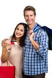Portrait des ajouter heureux aux paniers et à la carte de crédit Image libre de droits