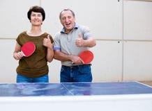 Portrait des ajouter pluss âgé aux raquettes pour le ping-pong Image stock