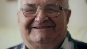 Portrait des alten Mannes Großvater mit Gläsern betrachtet die Kamera und lächelt stock video footage