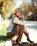 Portrait des altmodischen Mädchens im Herbst Lizenzfreies Stockfoto