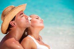 Portrait des amants sur la plage Photo stock