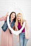 Portrait des amies des femmes sur le fond blanc Photographie stock libre de droits