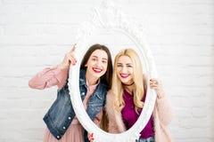Portrait des amies des femmes sur le fond blanc Photos libres de droits