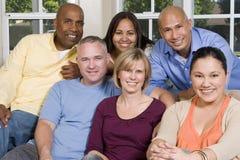 Portrait des amis à la maison traînant Photographie stock libre de droits