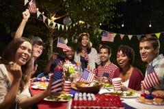 Portrait des amis au 4ème de la partie d'arrière-cour de vacances de juillet Images libres de droits