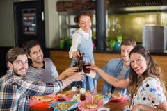 Portrait des amis avec de la bière appréciant dans le bar Images libres de droits