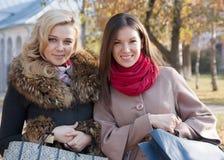 Portrait des amis avec des achats Image stock