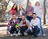 Portrait des amis avec la boule Photographie stock