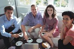 Portrait des amis ayant le café ensemble Photographie stock