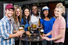 Portrait des amis ayant une boisson Images stock
