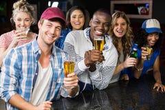Portrait des amis ayant une boisson Photographie stock