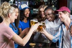 Portrait des amis ayant une boisson Photo stock