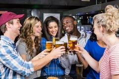 Portrait des amis ayant une boisson Photos stock