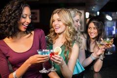 Portrait des amis ayant une boisson Image libre de droits