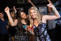 Portrait des amis ayant une boisson et une danse Images stock