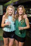 Portrait des amis buvant du champagne Photo stock