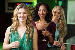 Portrait des amis buvant du champagne Photo libre de droits