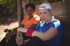 Portrait des amis détendant après séance d'entraînement pendant le parcours du combattant Images stock