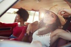 Portrait des amis détendant dans la voiture pendant le voyage par la route Image stock
