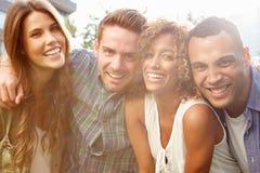 Portrait des amis détendant ensemble dehors Photo stock