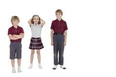Portrait des amis d'école se tenant ensemble au-dessus du fond blanc Photo libre de droits