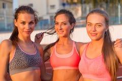 Portrait des amis de femmes de groupe se tenant ensemble et souriant Images stock