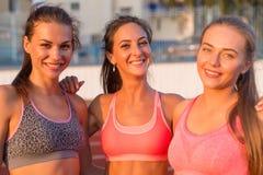 Portrait des amis de femmes de groupe se tenant ensemble et souriant Image libre de droits
