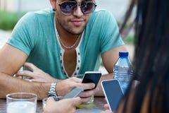 Portrait des amis de groupe ayant l'amusement avec des smartphones Photographie stock