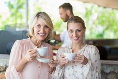 Portrait des amis de sourire appréciant le café ensemble Photo libre de droits