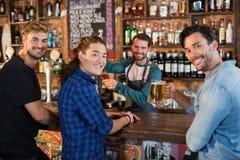 Portrait des amis de sourire avec le barman Photos libres de droits