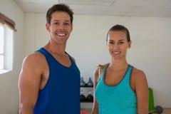 Portrait des amis de sourire dans le centre de fitness Photographie stock