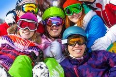 Portrait des amis de sourire portant des lunettes Photo stock