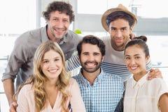 Portrait des amis de sourire posant ensemble Photos stock